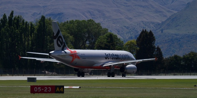 JQ295 taxis towards the Northern end of Queenstown runway