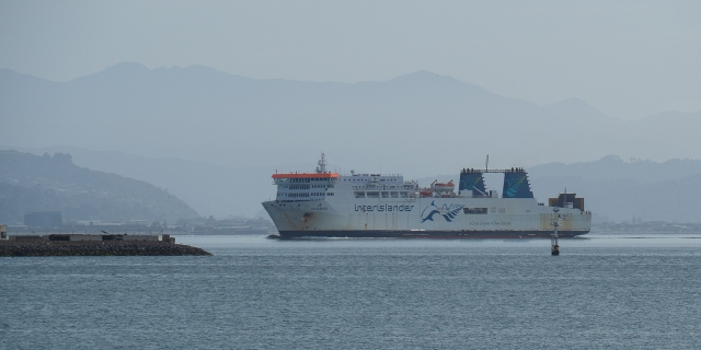 Kaiarahi heading into the berth